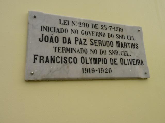Placa indicativa de inauguração do prédio