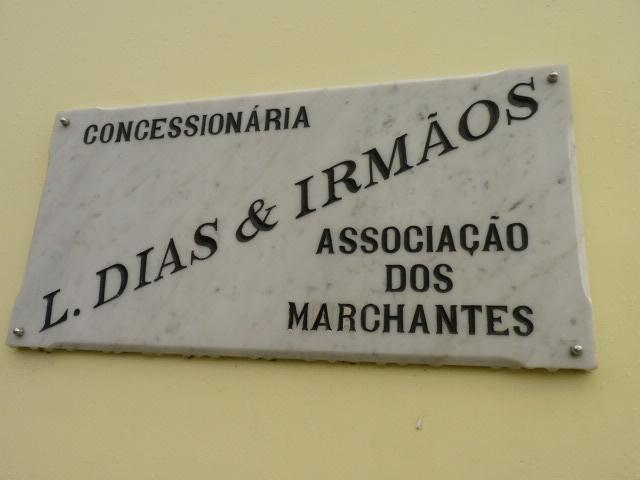 Placa referente à concessionária do prédio